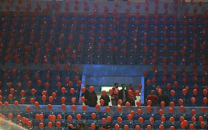 בלונים אדומים מחכים לאוהדי הפועל (צילום: אורן אהרוני) (צילום: אורן אהרוני)