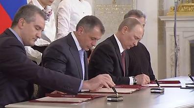 """""""קרים תמיד הייתה חלק מרוסיה"""". פוטין חותם על בקשת הסיפוח של קרים (צילום: RT) (צילום: RT)"""