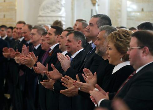 תמיכה רחבה בצעדיו של הנשיא הרוסי. כפיים לפוטין בפרלמנט (צילום: EPA) (צילום: EPA)
