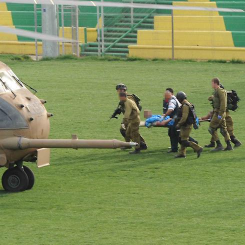 Evacuation of injured IDF soldier following blast (Photo: Avihu Shapira) (Photo: Avihu Shapira)
