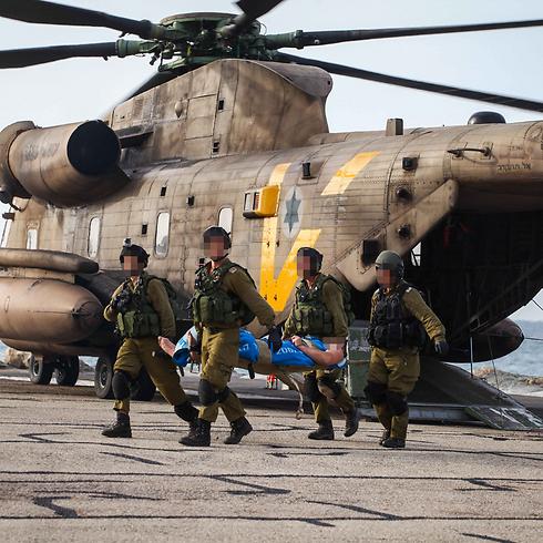"""פינוי הפצועים בבית החולים רמב""""ם בחיפה (צילום: אבישג שאר-ישוב) (צילום: אבישג שאר-ישוב)"""