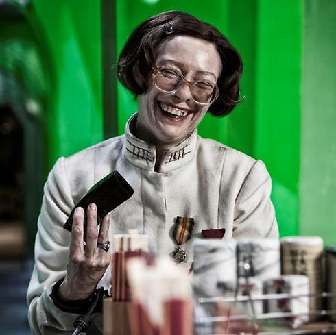 טילדה סווינטון כדמות הגרוטסקית של השרה מייסון ()