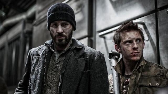 """כריס אוונס וג'יימי בל ב""""רכבת הקרח"""". קפטן אמריקה בדמות סטלין ()"""