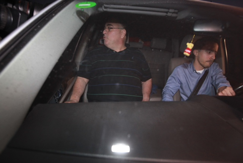 בניהו בצאתו מהחקירה, הערב (צילום:מוטי קמחי)