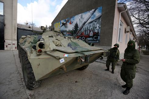 """""""הסוכנים הרוסים לא עושים פרובוקציה באוקראינה"""". חיילים פרו-רוסיים בקרים (צילום: AP) (צילום: AP)"""