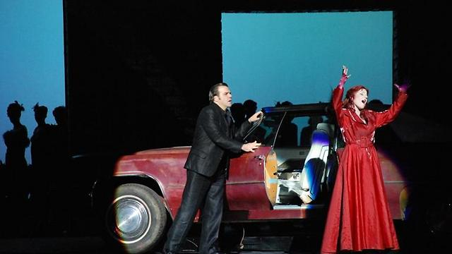 """תפאורה מבלבלת ומוגזמת על הבמה (צילום: יח""""צ) (צילום: יח"""