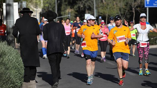 Haredim make way for runners (Photo: Gil Yohanan)