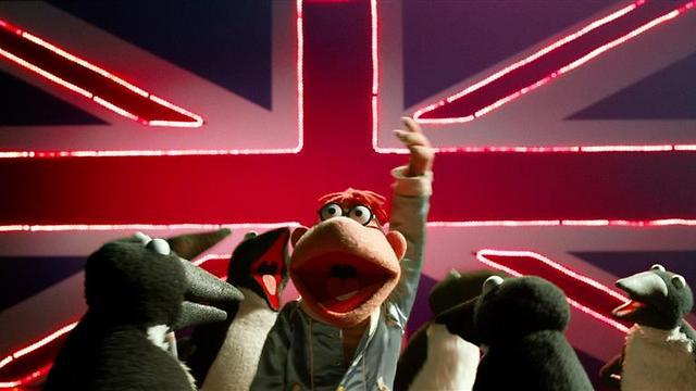"""סקיטר והפינגווינים עושים את בריטניה ב""""החבובות: מבוקשות!"""" ()"""