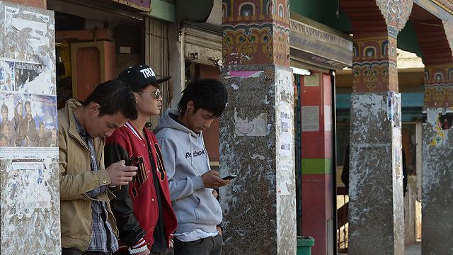 שקועים במסך. בהוטן, החודש (צילום: AFP)