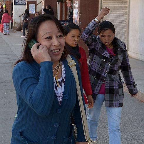 זהירות, נזיר - סלולר לפניך! (צילום: AFP)