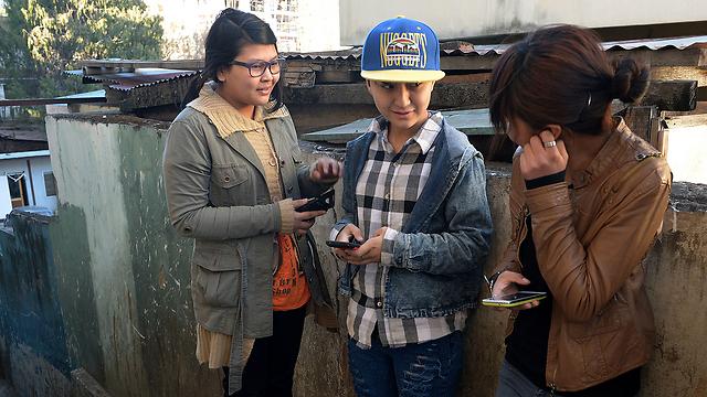הצעירים נרשמים לאוניברסיטה דרך האינטרנט (צילום: AFP)