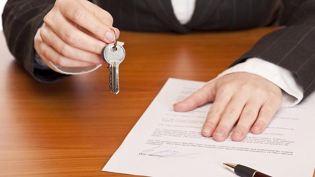 מישהו יודע אם מחירי הדירות עולים או יורדים? (צילום: shutterstock) (צילום: shutterstock)