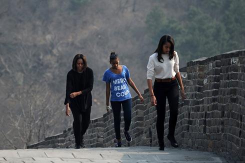 מישל אובמה ובנותיה בביקור בחומה (צילום: AFP) (צילום: AFP)