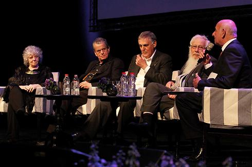 שר המדע יעקב פרי (מימין) וארבעה זוכי פרס נובל: ישראל אומן, דן שכטמן, אהרון צ'חנובר ועדה יונת (צילום: עידו ארז) (צילום: עידו ארז)