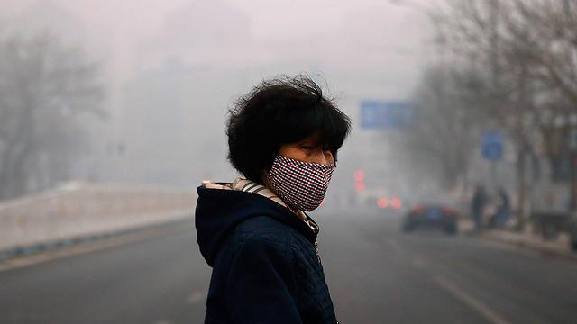 מתגוננים מפני חלקיקים רעילים בבייג'ינג (צילום: רויטרס) (צילום: רויטרס)