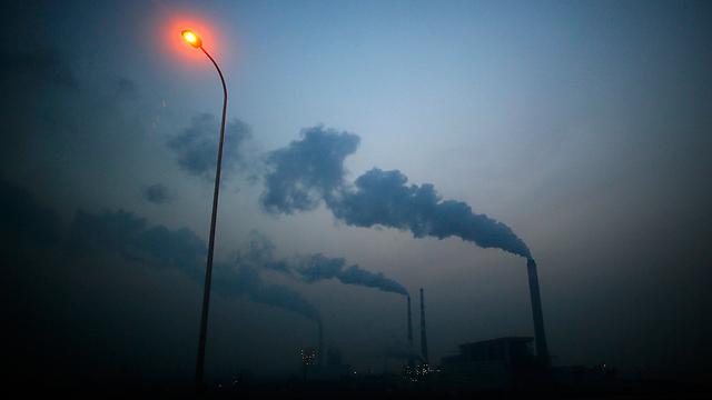 עשן נפלט ממפעלים בשנגחאי, סין (צילום: רויטרס) (צילום: רויטרס)