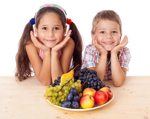 לתת לילדים פירות במקום נשנושים (צילום: shutterstck) (צילום: shutterstck)