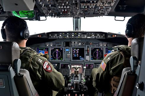 """ארה""""ב סייעה באופן מינורי. טייסי חיל האוויר האמריקני בחיפושים (צילום: רויטרס) (צילום: רויטרס)"""
