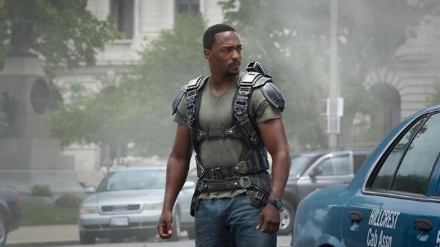"""אנתוני מקי כסמואל ווילסון, כלומר הפלקון מ""""קפטן אמריקה"""" ()"""