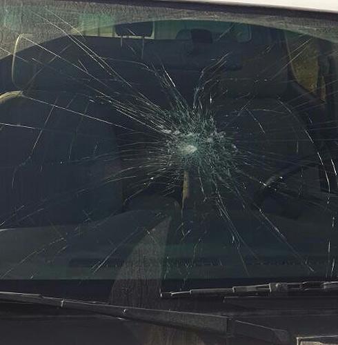 שמשת הרכב שנפגעה מהאבן. לא איבד שליטה על הרכב ()