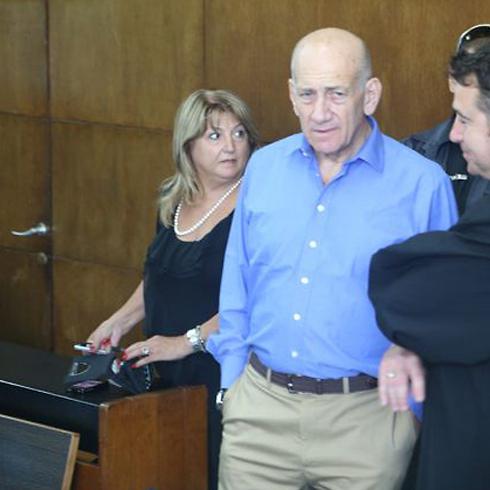 """אולמרט וזקן בבית המשפט. """"לא הקריבה את חייה למעני"""" (צילום: מוטי קמחי) (צילום: מוטי קמחי)"""