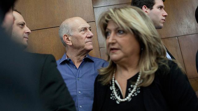 לא מחליפים מבטים. אולמרט וזקן בבית המשפט (צילום: תומר אפלבאום) (צילום: תומר אפלבאום)