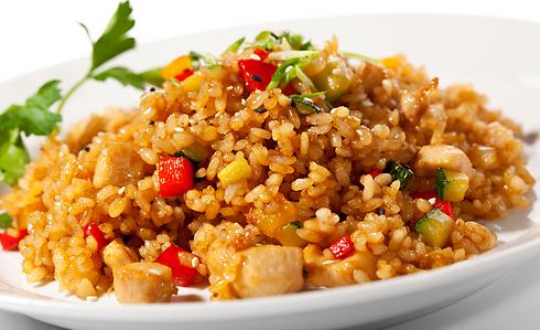 אורז לבן עם קצת תבלינים וירקות הופך למנה חדשה לגמרי (צילום: shutterstock) (צילום: shutterstock)