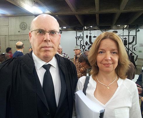 עורכי הדין של כמה מהתובעות, שלומית הראל-שוורץ ועמוס ואן-אמדן ()