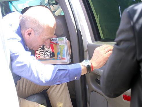 אולמרט מגיע לביתו לאחר הכרעת הדין (צילום: מוטי קמחי) (צילום: מוטי קמחי)