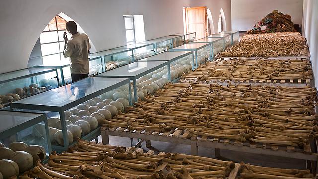 עצמות ביד זיכרון בכנסייה של ניירובי (צילום: AP) (צילום: AP)