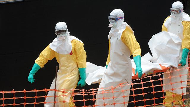 פינוי גופת חולה שמת מאבולה בגינאה (צילום: AFP) (צילום: AFP)