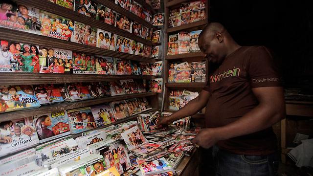 סרטי DVD צרובים בשווקים הכי מרוחקים באפריקה (צילום: AP) (צילום: AP)
