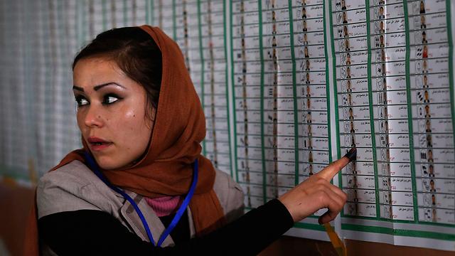 למרות איומי הטליבאן, האפגנים נהרו לקלפיות (צילום: EPA) (צילום: EPA)