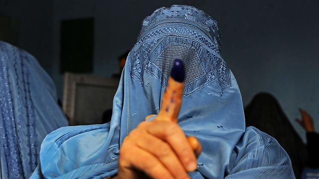 היציאה בבורקה בלבד. אישה בכיסוי מלא באפגניסטן (צילום: AFP) (צילום: AFP)