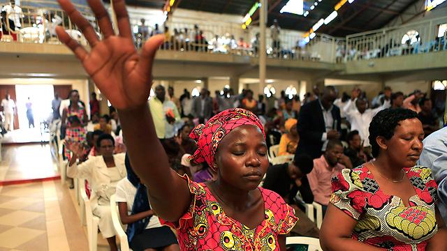רואנדה השתנתה? תפילה לזכרם (צילום: רויטרס) (צילום: רויטרס)