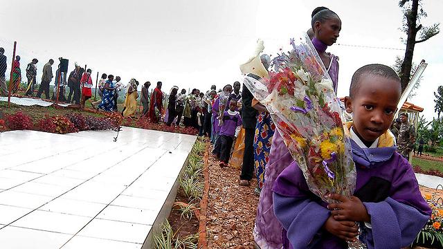 ילדים בטקס זיכרון לרצח העם  (צילום: EPA) (צילום: EPA)