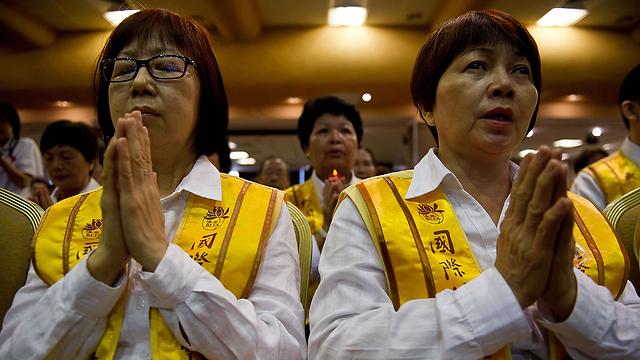 מתפללים במלזיה למען הנעדרים (צילום: AFP) (צילום: AFP)