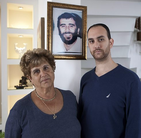 Itzik Mizrahi and his mother Mazal (Photo: AP)