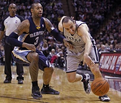 ג'ינובילי עוקף את ג'ונסון (צילום: AP) (צילום: AP)