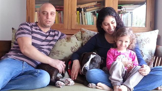 """""""במשפחה לא טבעונית הטבעונים חיים עם הרבה כאב"""". משפחת פאר (צילום: דן לב) (צילום: דן לב)"""