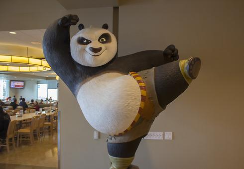 פסל ענק של פוֹ מהווה עמדת צילומים לאורחי העובדים (צילום: שחר שושן) (צילום: שחר שושן)