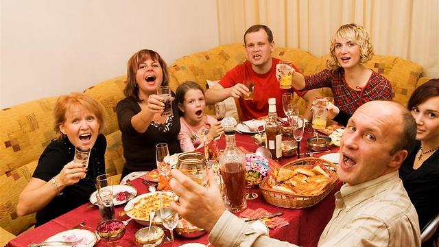 ארוחה משפחתית מלחיצה את כולם, בטח ובטח כשמגיעים אליה טעונים ( צילום: shutterstock )