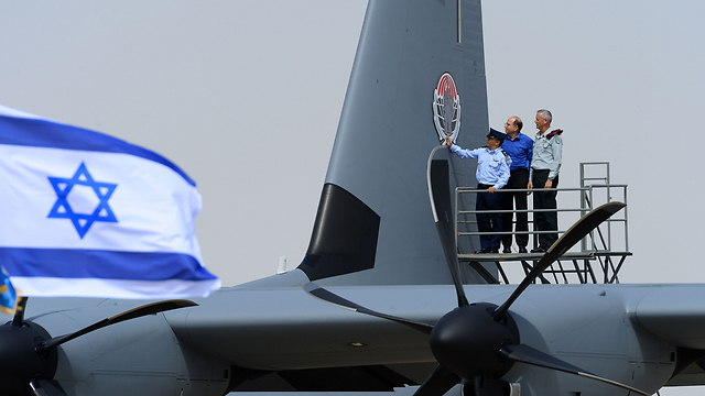 Defense minister, with IAF commander (Photo: IDF)