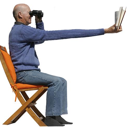 כשתחילים להרחיק את היד כדי לראות מה כתוב. זוקן ראייה (צילום: shuttestock) (צילום: shuttestock)