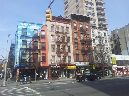 שכונת איסט וילג' במנהטן. כאן לא תמצאו שוערים ובריכות בכל בניין ()