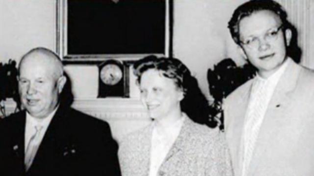 """מה אבא היה אומר על ההגירה לארה""""ב? סרגיי חרושצ'וב (מימין) עם אביו ניקיטה ()"""