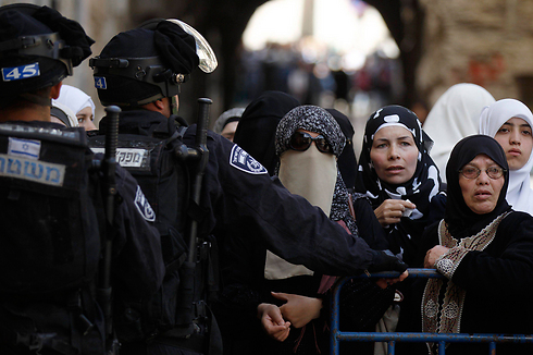 Palestinians at a barrier in East Jerusalem (Photo: Reuters) (Photo: Reuters)