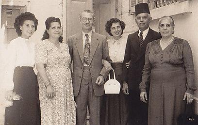הקים תא מחתרתי בפורט-סעיד. משפחת מאיו ליד בית הכנסת ()