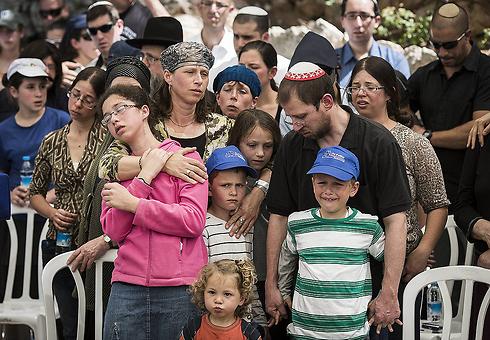 המשפחה בהלוויה. איתי בן ה-8 קרא קדיש (צילום: גטי אימג'בנק) (צילום: גטי אימג'בנק)