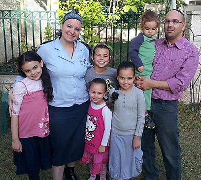 """""""אני מודעת לזה שהמראה שלי לא שגרתי, אבל זה לא זר רק לחילונים"""". רס""""ן וינברג עם חמשת ילדיה (צילום: דו""""צ) (צילום: דו"""